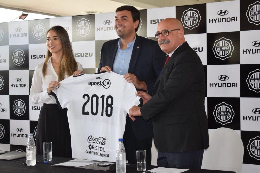 Karina Frutos, Directora de Hyundai, Marco Trovato, Presidente del Club Olimpia y Arturo Baez, Gerente General de Automotor